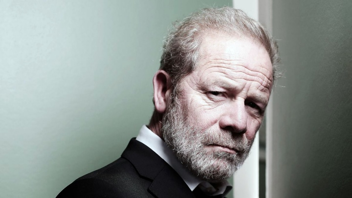 James Delos (Peter Mullan)